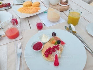 食べ物の皿をのせたテーブルの写真・画像素材[4380010]