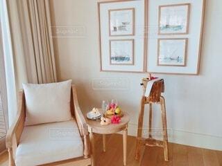 部屋のソファーとコーヒーテーブルの写真・画像素材[4383114]