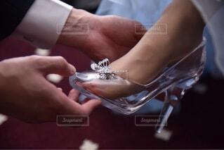 ガラスの靴を履かせる手の写真・画像素材[4454149]