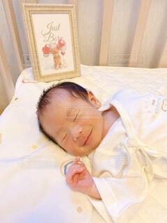 ベッドに寝ている赤ちゃんの写真・画像素材[4623508]