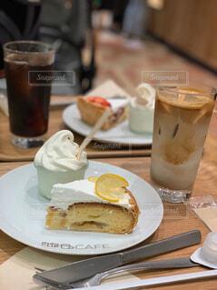 食べ物の皿と一杯のコーヒーをテーブルの上に置いての写真・画像素材[4632818]
