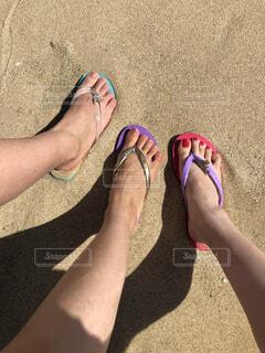 ビーチサンダルを履いた足の写真・画像素材[4644971]