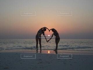 ビーチに沈む夕陽の写真・画像素材[4652767]