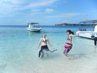 水の中ではしゃぐ女の子の写真・画像素材[4677208]