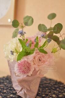 テーブルの上に花の花瓶の写真・画像素材[4166975]
