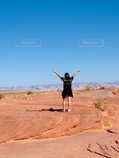 砂漠を飛んでいる人の写真・画像素材[4278719]