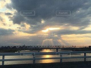 空,橋,屋外,湖,太陽,ビーチ,雲,夕暮れ,川,水面