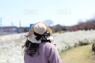 風景,空,春,アクセサリー,屋外,帽子,草,人物,人,雪柳,日よけ帽