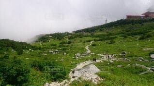 曇の中にある山頂の写真・画像素材[4142488]