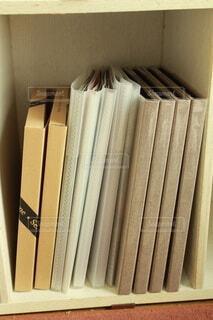 カラーボックスでのアルバム収納の写真・画像素材[4186110]