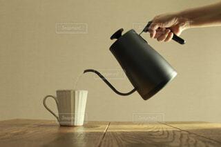 マグカップにお湯を注ぐの写真・画像素材[4316150]