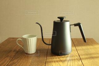 テーブルの上のケトルとマグカップの写真・画像素材[4316151]