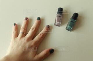 ネイルを塗った女性の手の写真・画像素材[4326011]