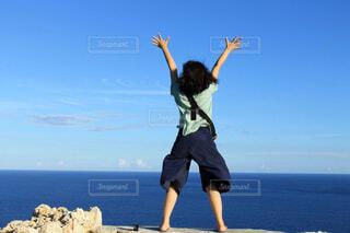 風になびく女性の写真・画像素材[4468564]