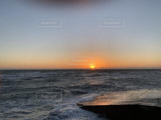 水の体に沈む夕日の写真・画像素材[4151474]