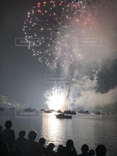 水の体の上の空の花火の写真・画像素材[4154663]
