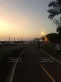 風景,空,屋外,雲,車,道路,樹木,道,車両,街路灯,陸上車両