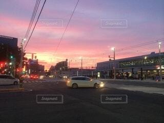 空,屋外,雲,車,道路,通り,車両,街路灯,陸上車両