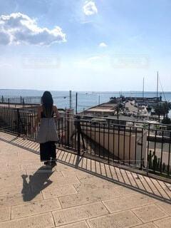 女性,風景,空,夏,屋外,雲,水面,海岸,人物,壁,人,歩道,地面,イタリア,港町,履物,プーリア