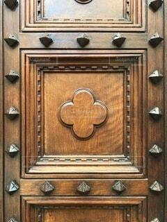 木製のドアの上の時計の写真・画像素材[4139799]