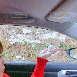 女性,冬,雪,車,手のひら,人物,人,玉,寒い,冷たい,車両,陸上車両
