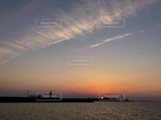 水の体に沈む夕日の写真・画像素材[1289587]