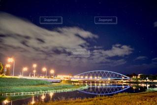夜ライトアップ橋の写真・画像素材[1692873]