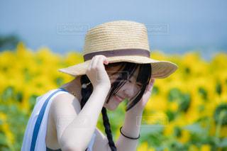 照れ隠し笑顔の写真・画像素材[2337209]
