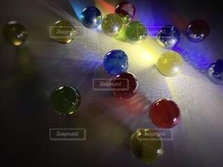 屋内,緑,きれい,綺麗,青,黄色,水面,反射,光,家,神秘的,暗闇,みどり,色,ビー玉,神秘,ドロップ,バブル,きいろ,あお,綺麗な,びー玉,びーだま,綺麗な光,液滴,色ついた光