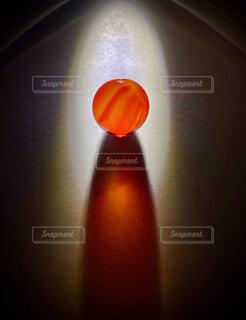 風景,屋内,赤,きれい,綺麗,暗い,オレンジ,ガラス,光,ぼかし,神秘的,赤色,神秘,キャンディ,び,リンゴ,綺麗な,ソフトド リンク,びー玉,びーだま,綺麗な光,赤光