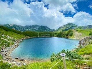 自然,風景,空,屋外,湖,雲,川,水面,山,観光,草,樹木,立山,火山,シンボル,室堂,みくりが池,ミクリガ池,日本有数,火山湖,美しい湖,みくりが,みくりがいけ,ミクリガ,みくりが湖