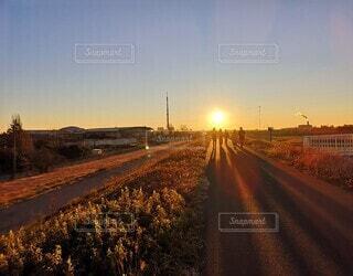 風景,空,屋外,雲,道路,景色,朝焼け,道,初日の出,さいたま,荒川土手,昇る太陽