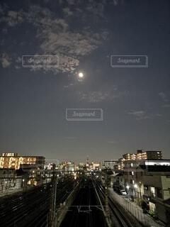 空,夜,夜景,夜空,屋外,電車,線路,都会,月,満月,さいたま,月の夜