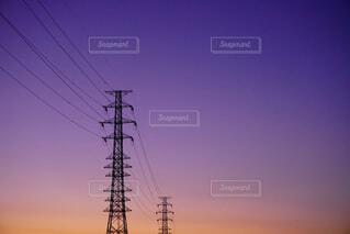空,夕日,屋外,雲,青空,夕焼け,黒,紫,田舎,景色,鉄塔,オレンジ,電線,電気,快晴,グラデーション,さようなら,日暮れ,明日,薄紫,今日,電線路,ど田舎,トランスミッションタワー,エモ写,電源供給