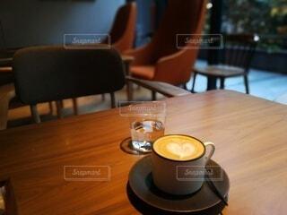 木製のデーブルに乗っているコーヒーの写真・画像素材[4140535]