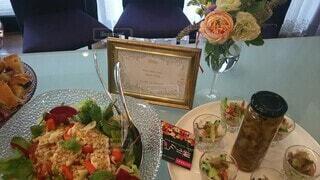 食べ物,カフェ,インテリア,花,食事,ディナー,花瓶,バラ,薔薇,椅子,テーブル,果物,野菜,皿,植木鉢,ダイニング,料理,観葉植物,花柄
