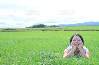 風景,空,屋外,草原,景色,女の子,草,人物,新緑,人,笑顔,まったり,草木,ほおずえ