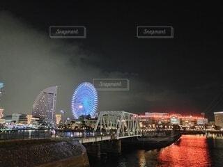 空,夜,夜景,屋外,観覧車,水面,高層ビル,横浜,明るい