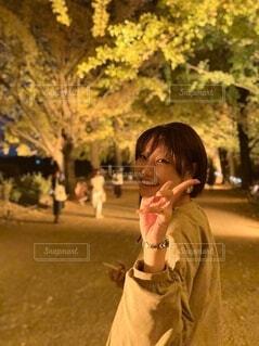 銀杏並木に囲まれてにっこり笑顔☺︎の写真・画像素材[4144575]
