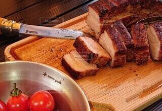 木のまな板の上に座っている食べ物の皿の写真・画像素材[4142703]