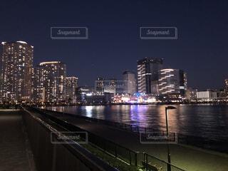 空,建物,夜景,屋外,湖,川,水面,都市,都会,高層ビル,ダウンタウン