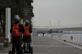 風景,自転車,屋外,道路,オレンジ,人物,人,ヘルメット,スポーツ用品