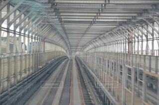 鋼線上の大きな長い列車の写真・画像素材[4155212]
