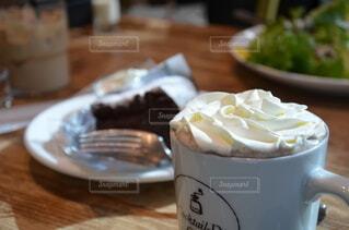 食べ物,ケーキ,コーヒー,デザート,テーブル,皿,カップ,おいしい,ホイップクリーム,菓子,酪農