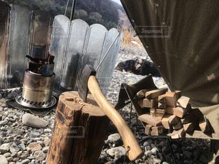 キャンプ,焚火,斧,薪割り