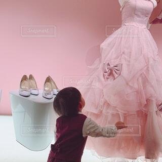 風景,ピンク,子供,ドレス,スカート,人物,人,ウェディングドレス,立つ,男の子,ガラスの靴,ワインレッド,ピンクのドレス
