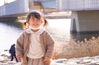 水辺で笑う女の子の写真・画像素材[4148305]
