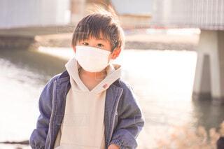 カッコつけている男の子の写真・画像素材[4148304]