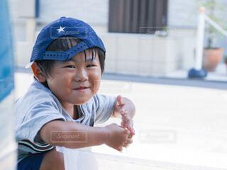 カメラに微笑む男の子の写真・画像素材[4149423]