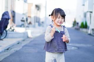 シャボン玉で遊ぶ子供の写真・画像素材[4159270]